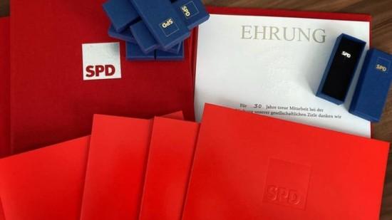 Urkunden und Ehrennadeln