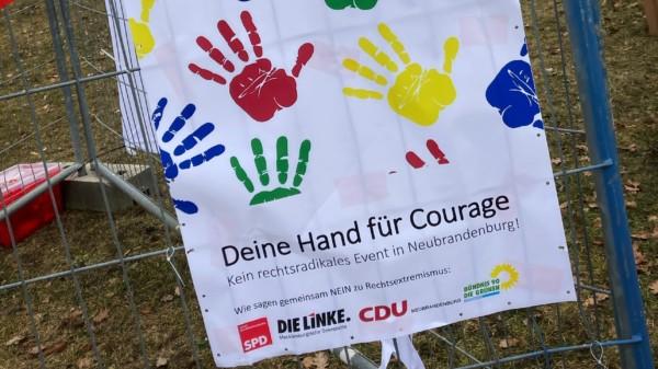 Deine Hand für Courage